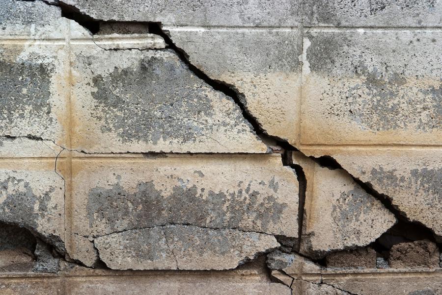 badly-cracked-foundation